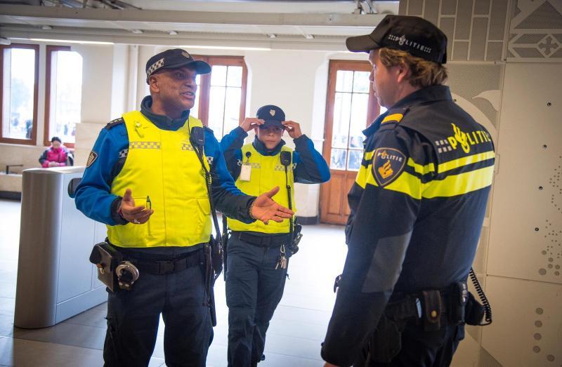 Terminale Australiër rond bucketlist af met ontmoeting Amsterdamse Handhaver (Foto: Politie Amsterdam TOV)