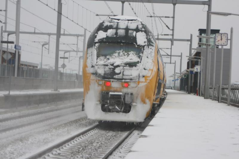 Trein in de sneeuw (Ramon Vasconcellos [CC BY 2.0 (https://creativecommons.org/licenses/by/2.0)], via Wikimedia Commons)