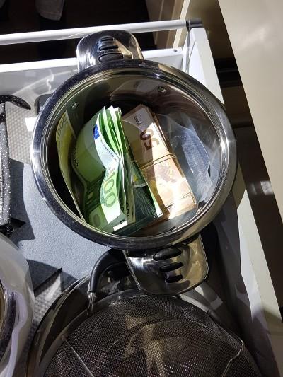 Vuurwapens, drugs en cash geld in beslag genomen (Foto: Politie)