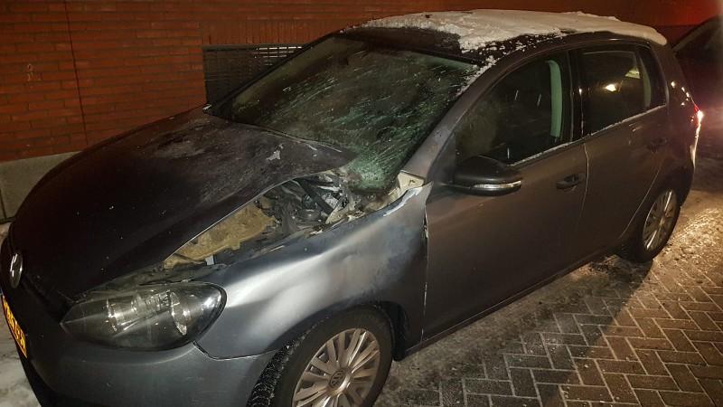 Dienstvoertuig politie vernield door vuurwerk tijdens drugsactie (Foto: Politie)