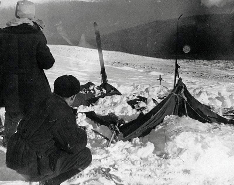 De vernielde tent in de staat waarin de reddingsploeg hem aantrof op 26 februari 1959 (Foto: Wikimedia)