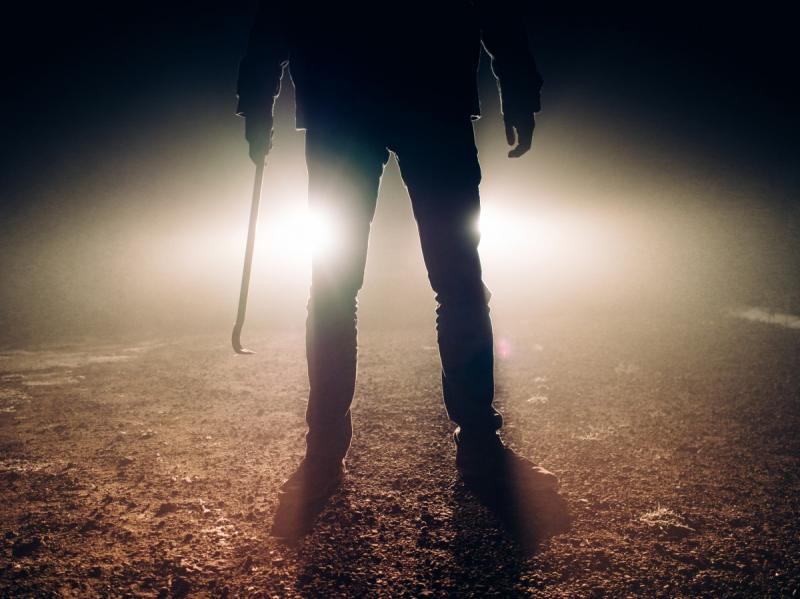 Een man met een ijzeren staaf, niet de man uit het bericht (Foto ter illustratie: pxhere)