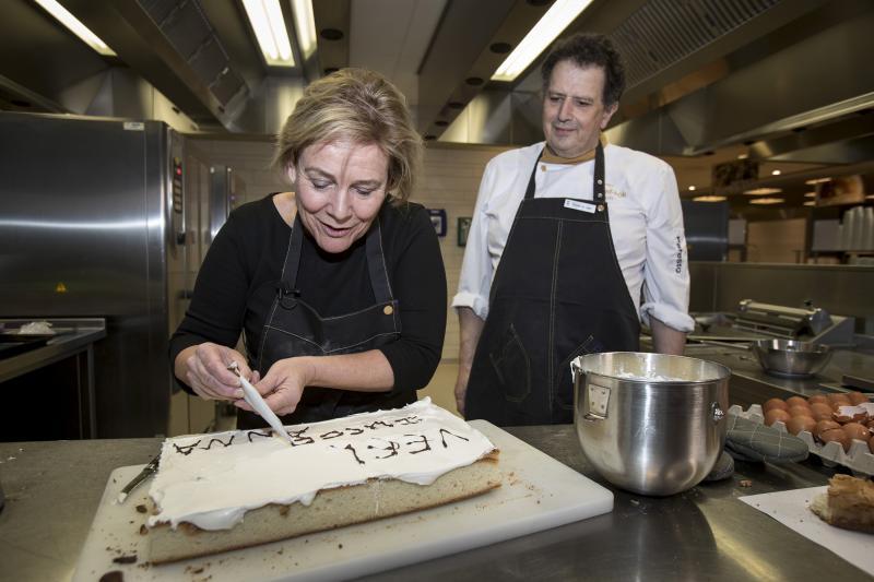 Minister bakte taart voor Heel Holland Bakt-winnares (Foto: Defensie)