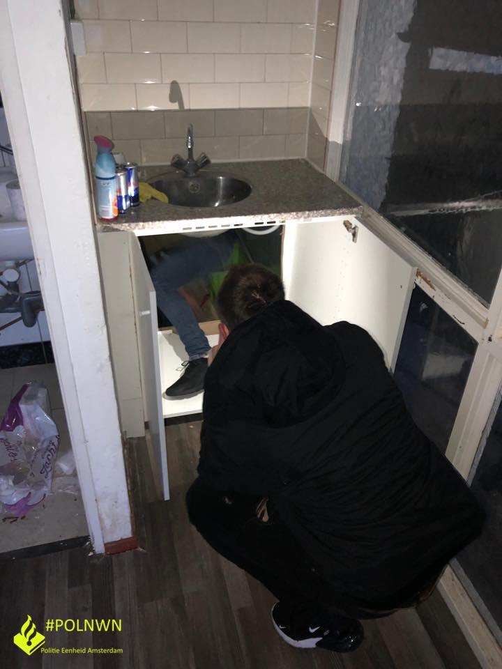 Wietplantage verstopt achter keukenkastje (Foto: Politie Amsterdam Nieuw West)