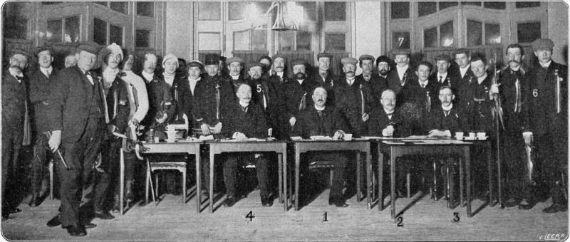 De deelnemers aan de eerste Elfstedentocht in 1909 (Foto: Wikimedia)