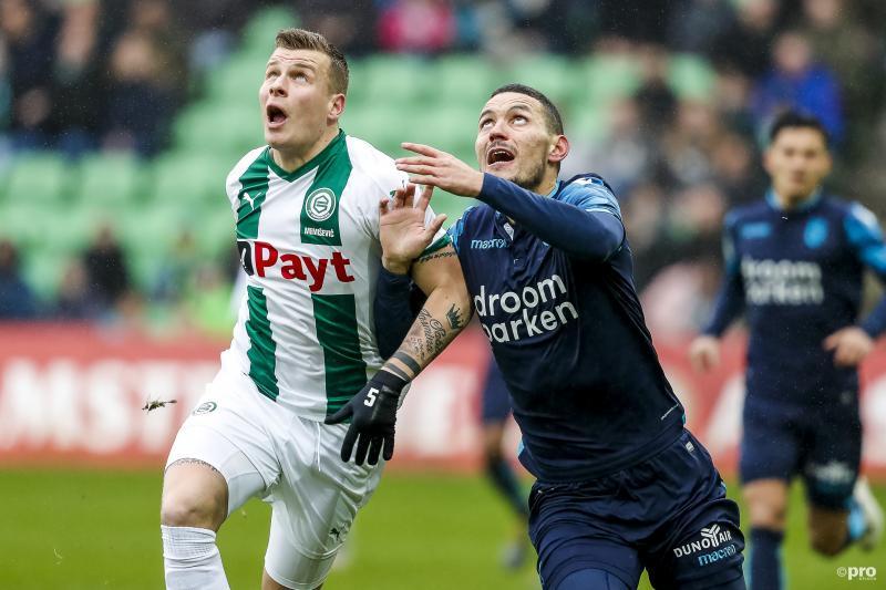 Groningen-speler Samir Memisevic en Vitesse-speler Oussama Darfalou zien hier blijkbaar iets aankomen, wat is hier gaande? (Pro Shots / Henk Jan Dijks)