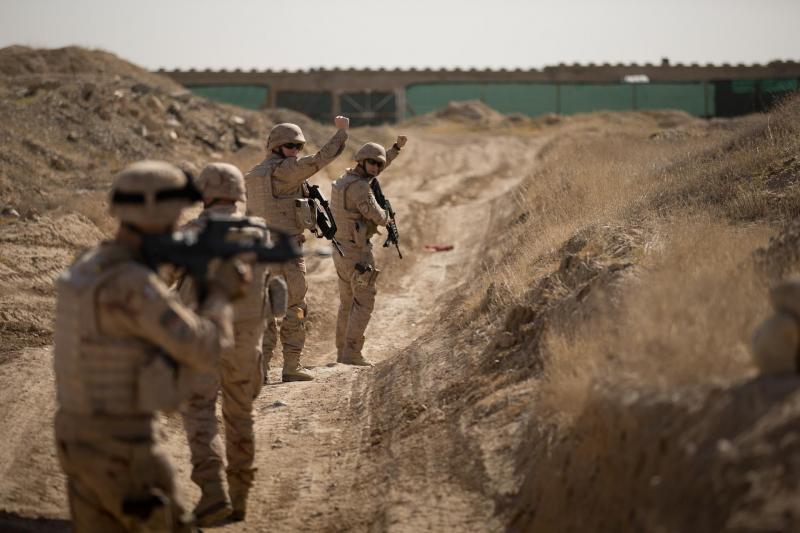 Nederlandse militairen in het Afghaanse Mazar-e-Sharif vorig jaar. Ook dit jaar doet de MIVD onderzoek naar Afghanistan (Archieffoto Defensie)