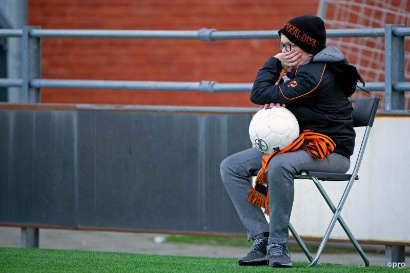 We troffen deze ballenjongen aan bij de wedstrijd tussen Katwijk en Spakenburg, wat is een leuk onderschrift bij deze foto? (Pro Shots / Rob Romer)