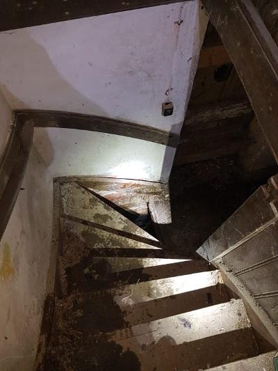 De trap in de vervallen kerk (Foto: Politie)