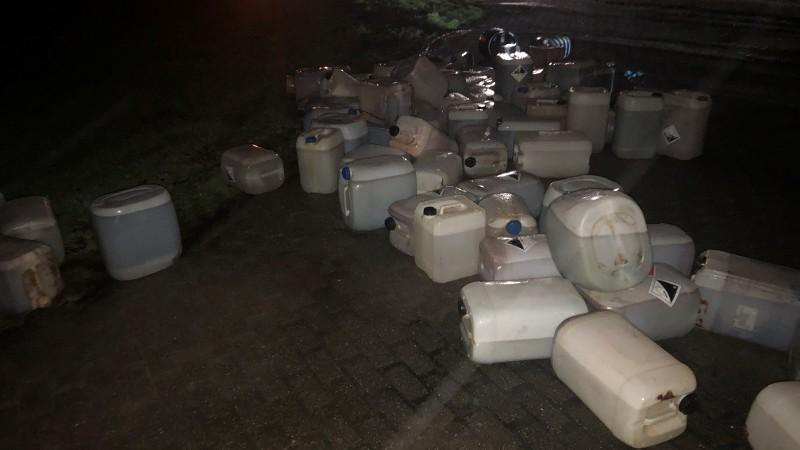 Voorbijganger vindt 50 jerrycans drugsafval (Foto: Politie)