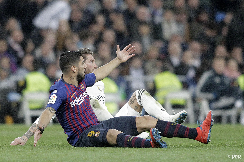 Luis Suarez en Sergio Ramos liggen op de grond. (PRO SHOTS/SIPA USA)