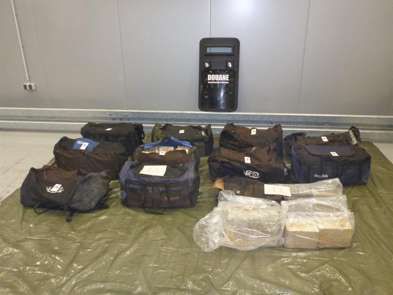16 sporttassen vol cocaïne in Rotterdamse haven (Foto: Openbaar Ministerie)