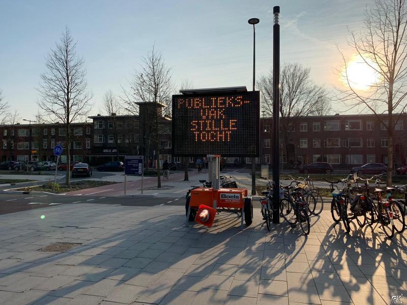 De route naar de stille tocht wordt met matrixborden aangegeven (Foto: FOK!)