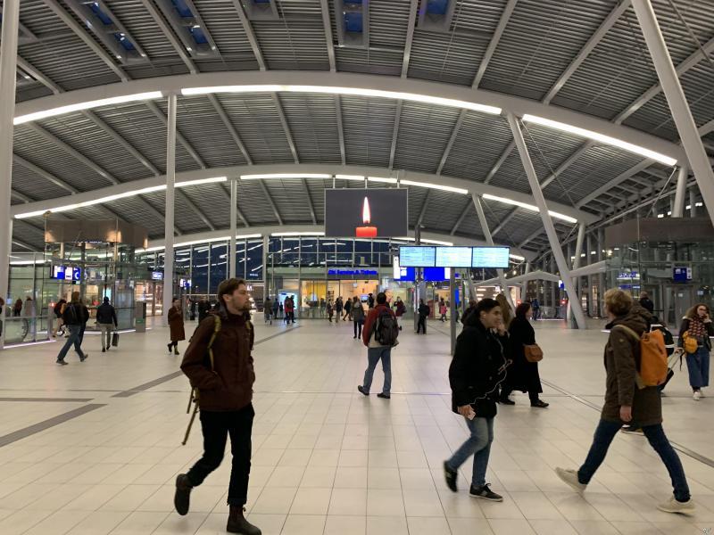 Stille tocht Utrecht, ook op Utrecht CS wordt aandacht besteed aan de stille tocht (Foto: FOK!)