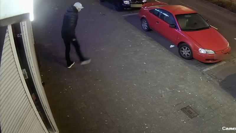 Politie geeft foto verdachte neerleggen handgranaat vrij (Foto politie.nl)