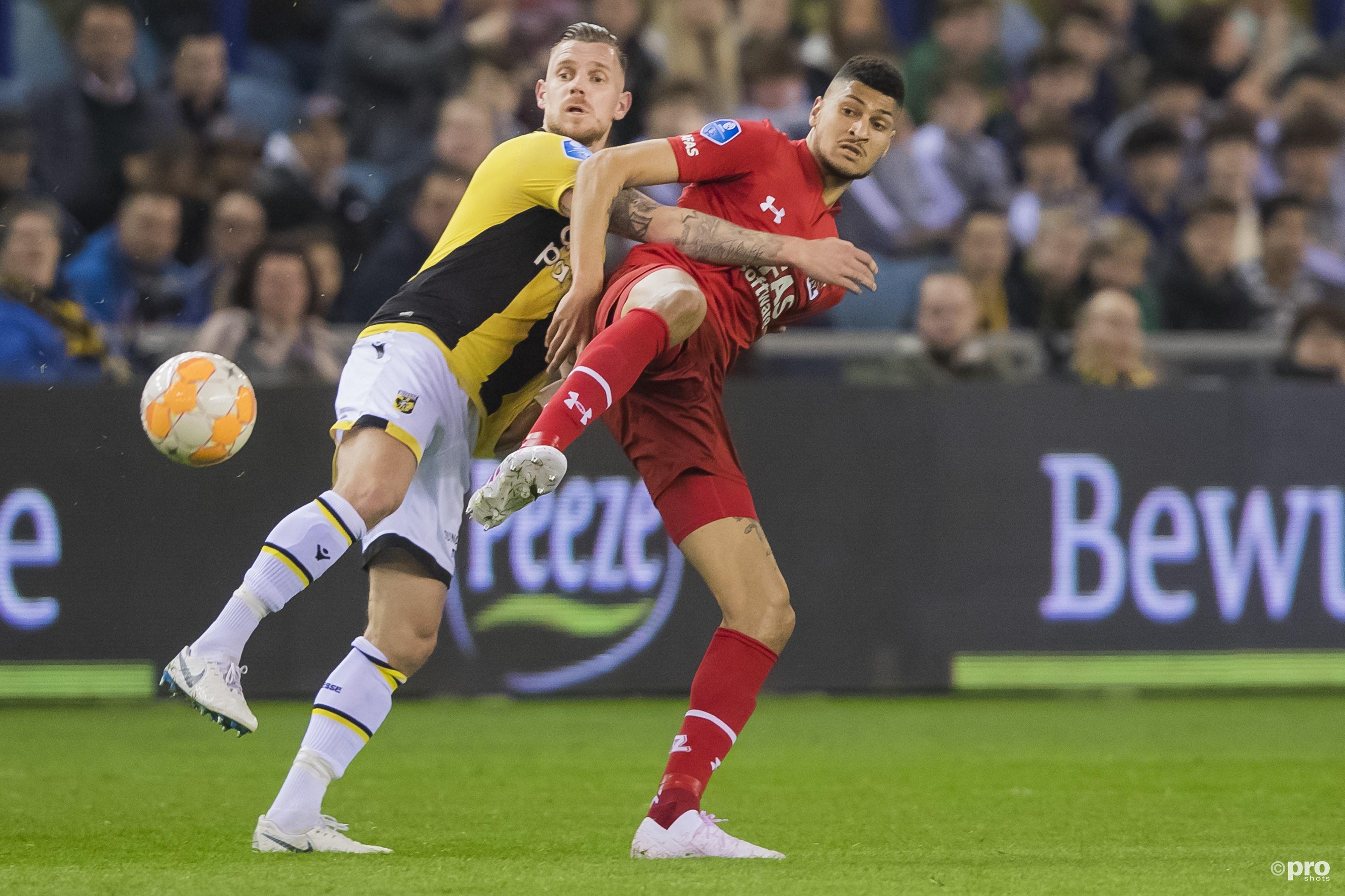 Maikel van der Werff in duel met Bjorn Johnsen. (PRO SHOTS/Erik Pasman)