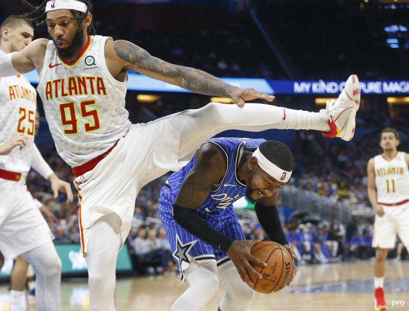 Atlanta Hawks-forward DeAndre' Bembry (95) en Orlando Magic-guard Terrence Ross (31) maken er een bijzondere vertoning van met zijn tweetjes, wat is hier gaande? (Pro Shots/Action Images)