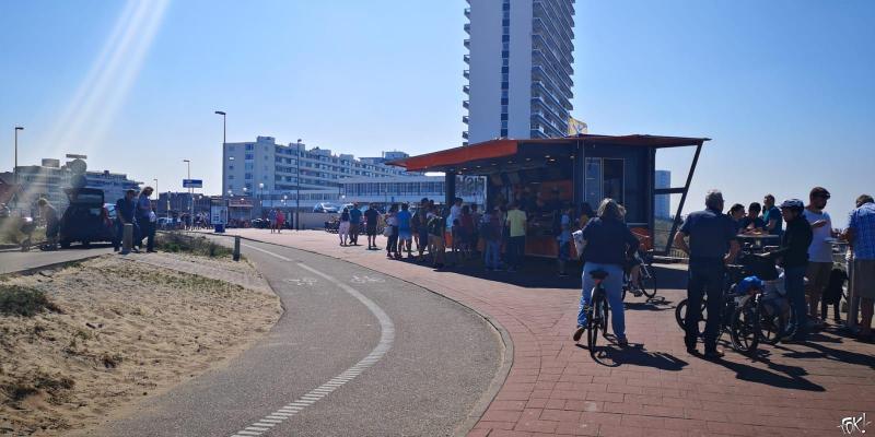 Zomers weer lokt mensen naar het strand  (Foto: FOK! )
