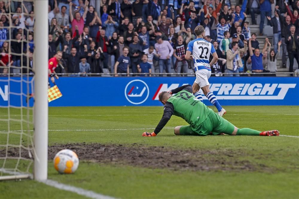 Fabio Serrarens scoort na fout FC Emmen-doelman Kjell Scherpen (Pro Shots / Joep Leenen)
