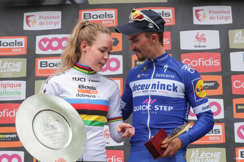 Wat bespreken de winnaars van de Waalse Pijl, Julian Alaphilippe en Anna van der Breggen hier op het podium? (Pro Shots / George Deswijzen)