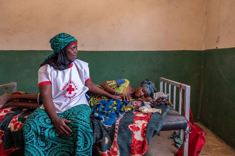 Moeder Magna uit Koulikoro is vijf uur geleden bevallen van haar baby. Rode Kruis-vrijwilliger Fatoumato heeft haar bijgestaan om te zorgen dat Magna de juiste hulp kreeg. (Foto: Rode Kruis )