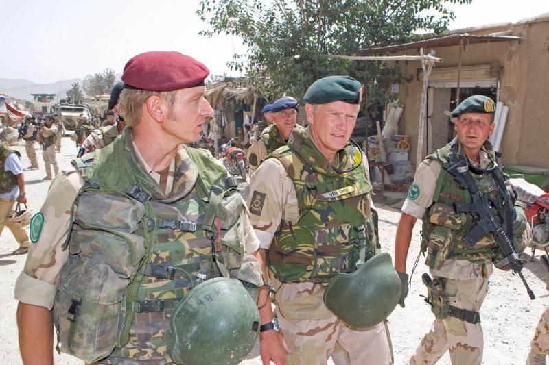 Archieffoto uit 2009 van Van Uhm die als Commandant der Strijdkrachten de Nederlandse missie in Afghanistan bezoekt (Foto: Defensie)