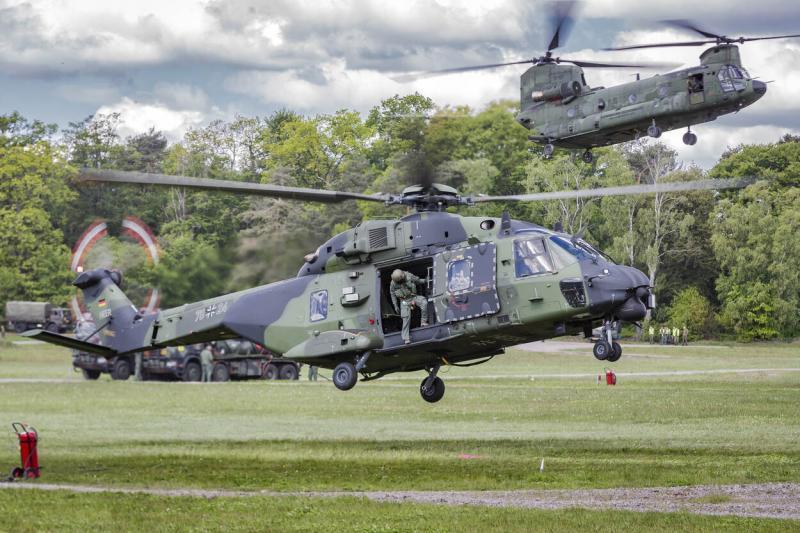 Een Duitse NH90, met op de achtergrond een Nederlandse Chinook. (Foto: Defensie)