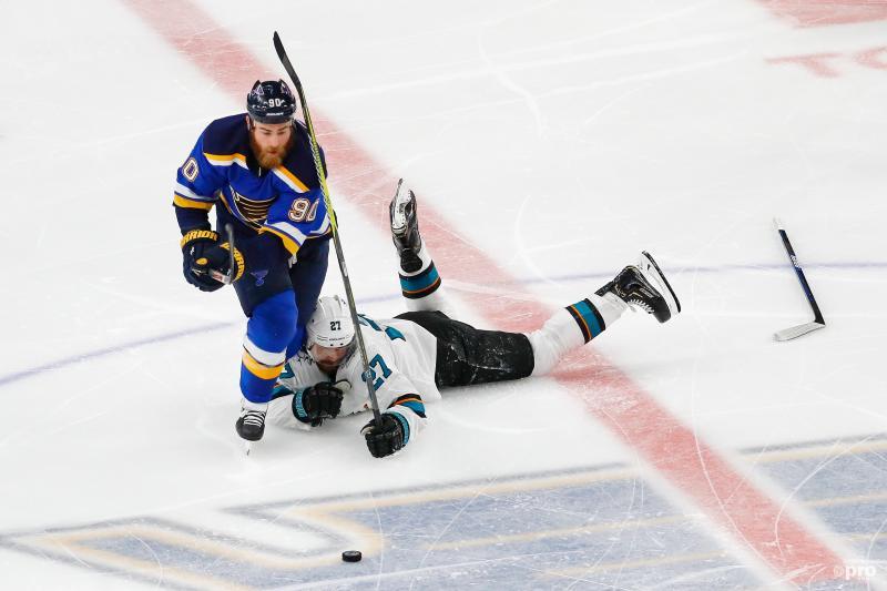 San Jose Sharks-right wing Joonas Donskoi (27) en St. Louis Blues-center Ryan O'Reilly (90) zijn op een bijzondere manier bezig tijdens de play offs van de NHL, wat is hier gaande? (Pro Shots / Action Images)