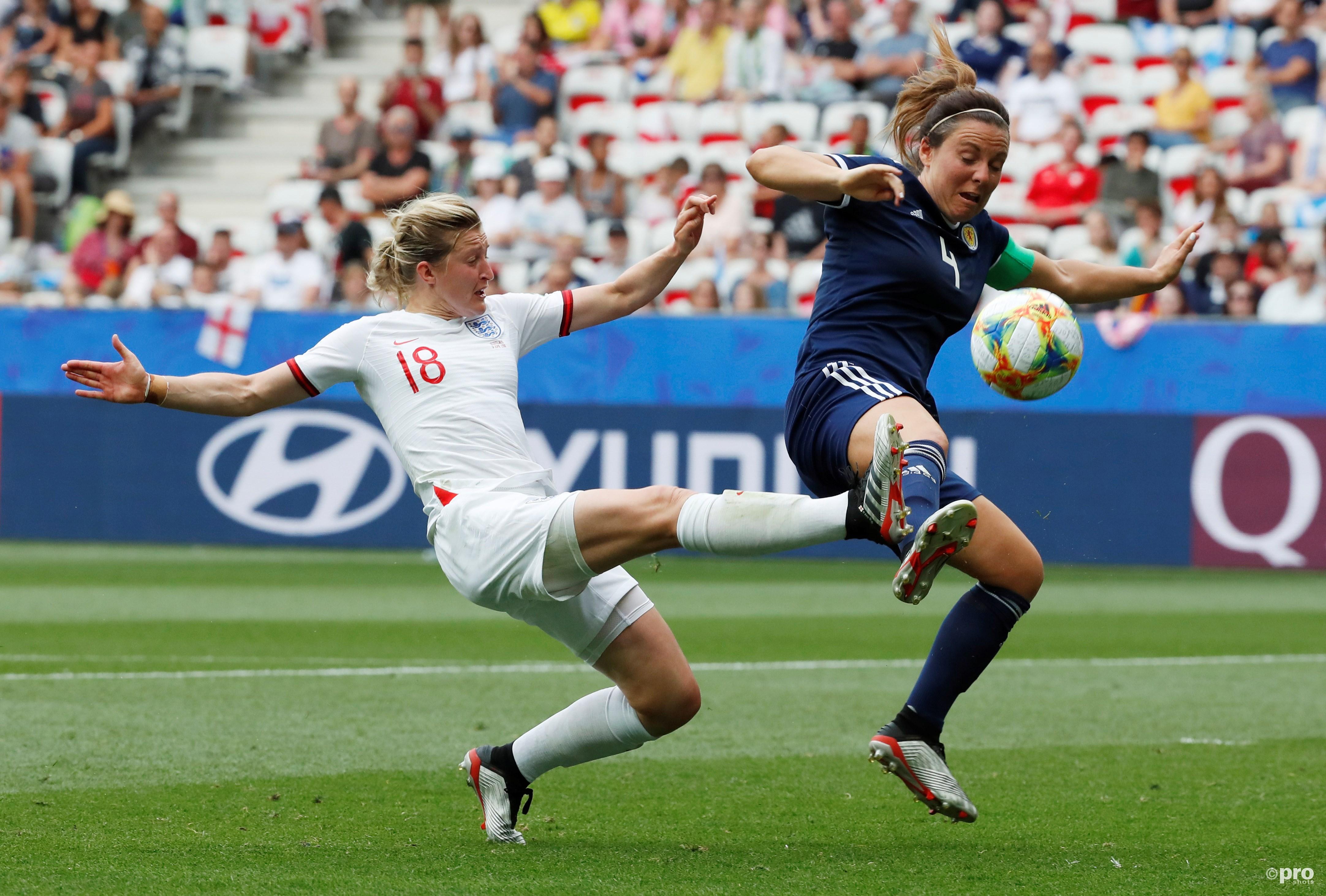 Ellen White (Engeland) in duel met de Schotse Rachel Corsie. (PRO SHOTS/Action Images)