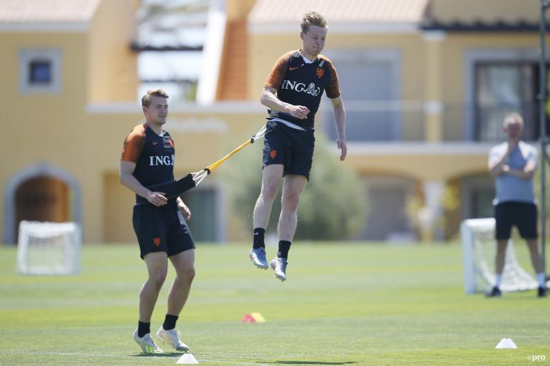 We zagen Matthijs de Ligt en Frenkie de Jong tijdens de training van het Nederlands elftal, wat is hier gaande? (Pro Shots / Niels Boersema)
