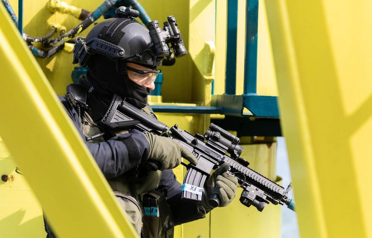 Een medewerker van de DSI tijdens een oefening in de Rotterdamse haven (foto: Defensie).