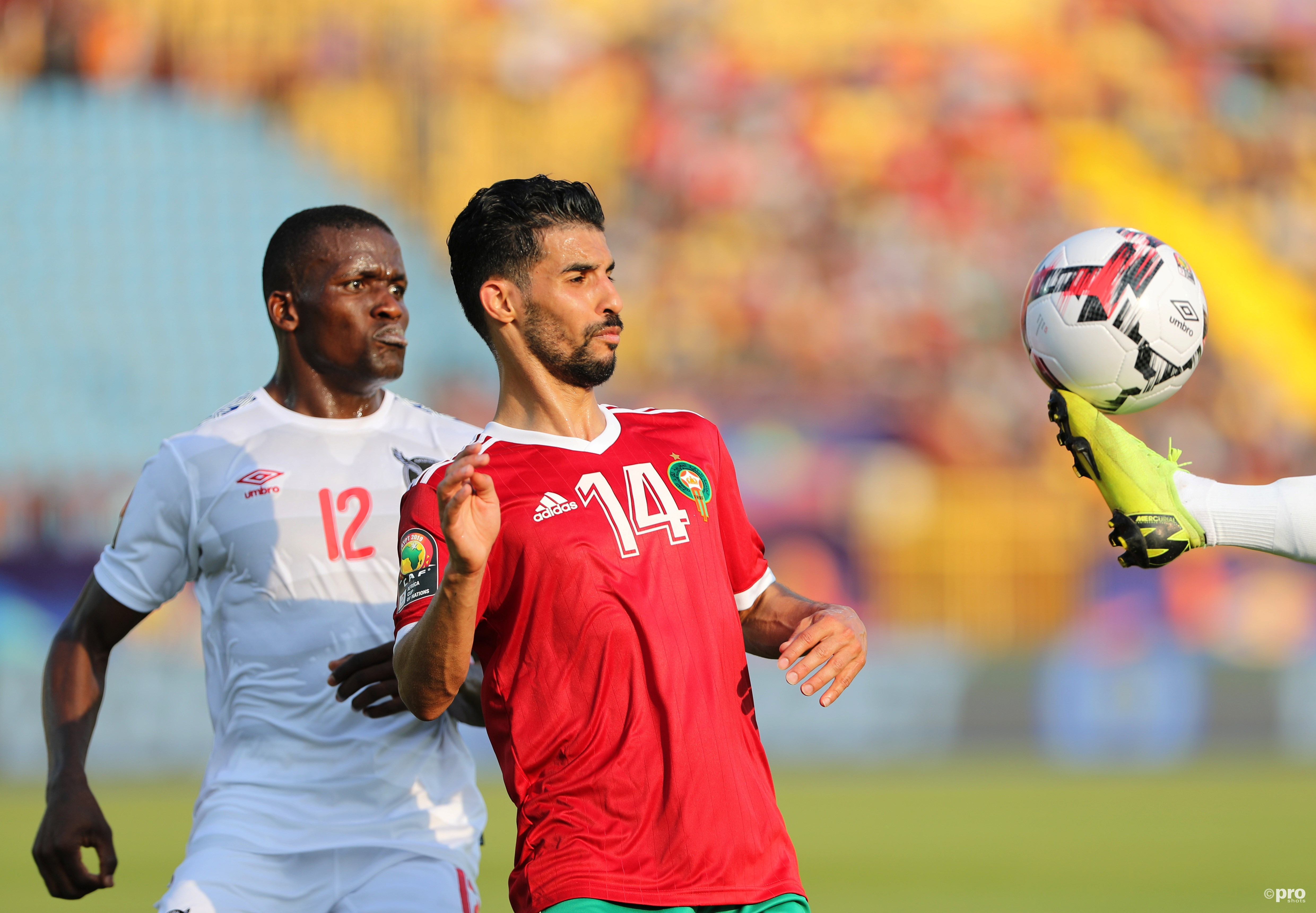 Mbark Boussoufa in duel met Ronald Ketjijere. (PRO SHOTS/Action Images)