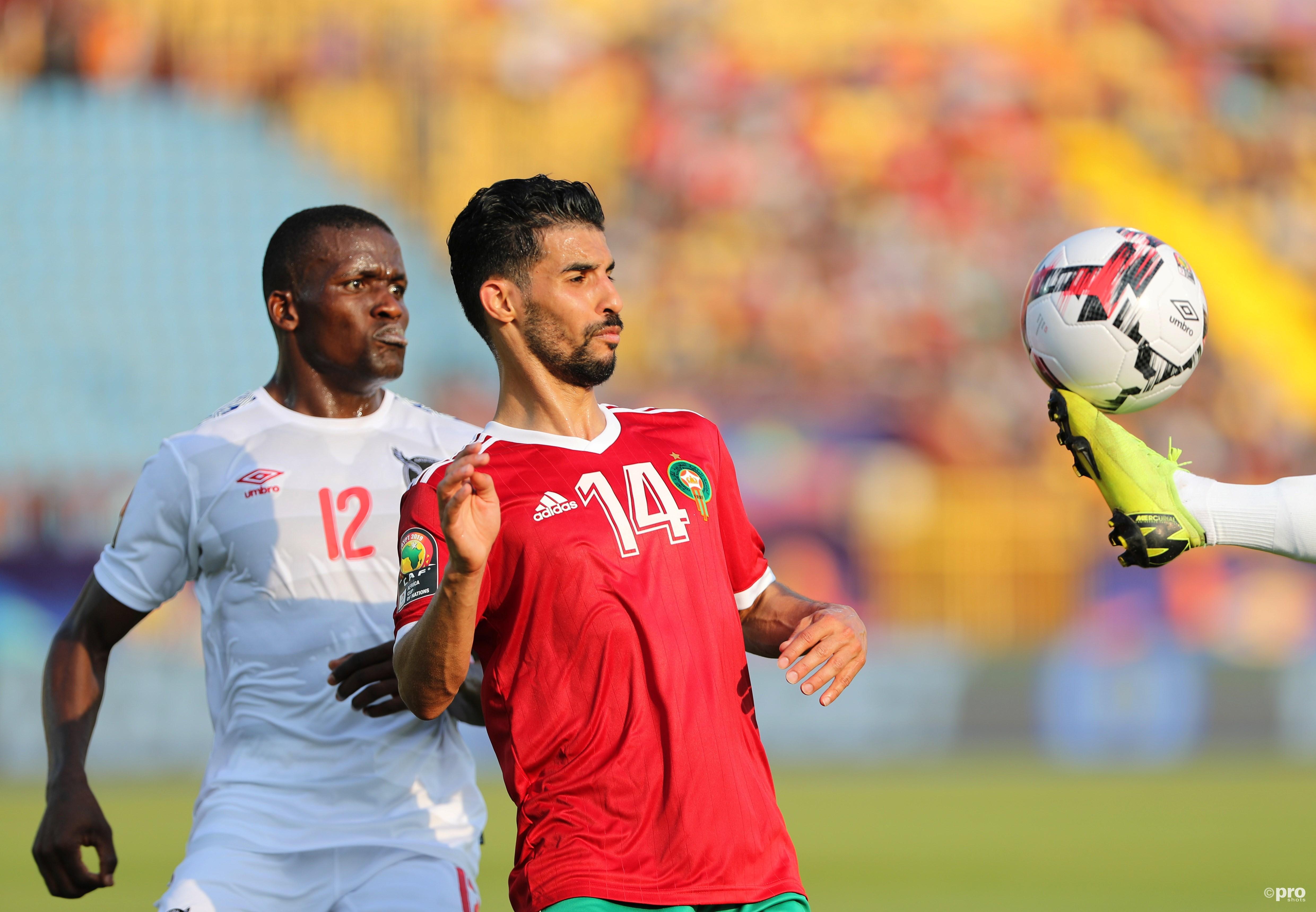 Mbark Boussoufa in duel met Ronald Ketjijere. (PRO SHOTS/Action Images)