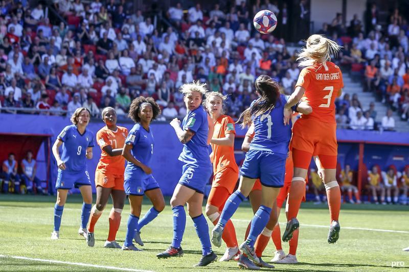 Van der Gragt kopte de 0-2 binnen bij de historische overwinning (Foto: Pro Shots/Remko Kool)