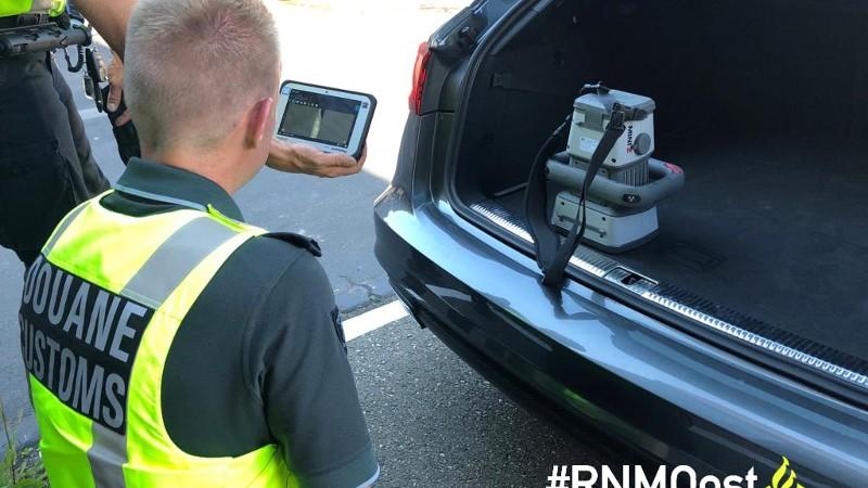 Douane voert scan in de auto uit (Foto: Politie)