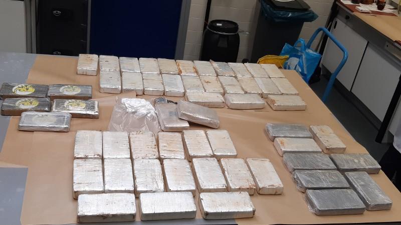 50 kg drugs, 1 miljoen en vuurwapen in beslag genomen (Foto: Politie Rotterdam)