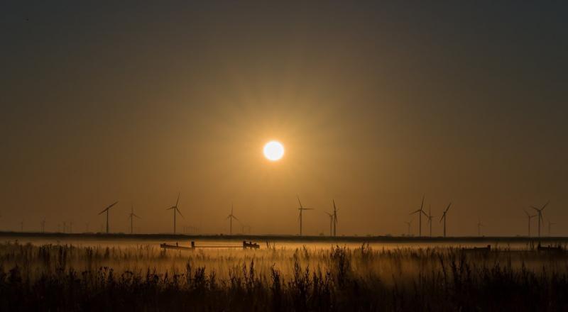 Klapmongeaul had helaas het weer tegen voor de verduisterde maan, maar maakte wel dit schitterende plaatje van de opkomende zon (Foto: Klapmongeaul)