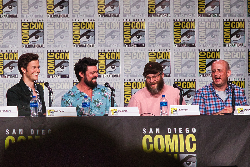 Jack Quaid en Karl Urban met producers Seth Rogen en Erik Kripke tijdens het The Boys-panel op Comic-Con International (Foto: Yuen Li)