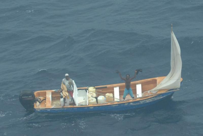 De in nood verkerende vissers (Foto: Defensie)