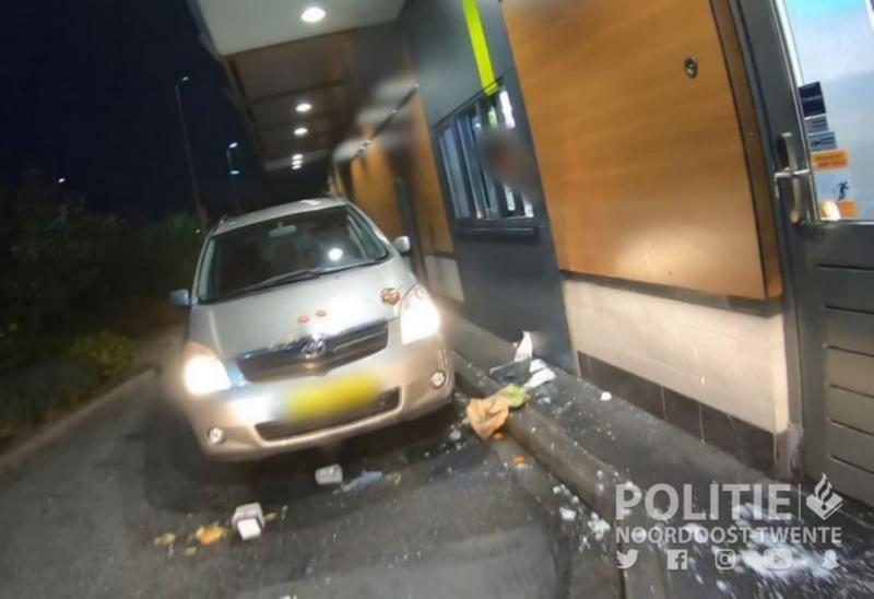 Dochter van dronken moeder bekogelt agenten met fastfood (Foto: Politie Oldenzaal)