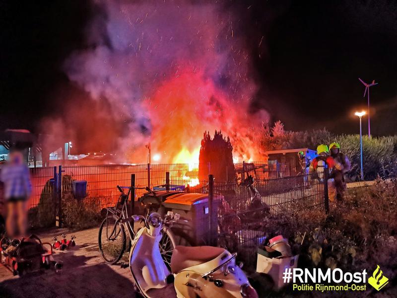 Politie haalt vrouw van dak brandende woonboot  (Foto: Politie Rijnmond-Oost)