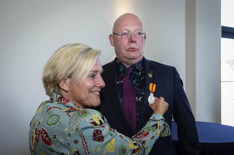 Bijleveld speldt de medaille op (Afbeelding: Defensie)