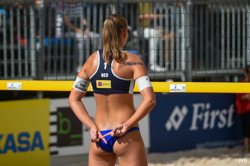 Katja Stam wil iets duidelijk maken tijdens haar beachvolleybalwedstrijd, maar wat? (Pro Shots / SIPA USA)