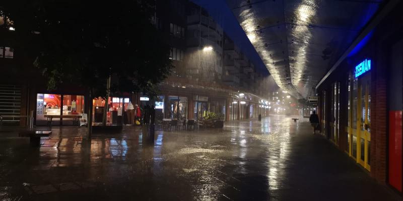 Regen in Alkmaar. Zondagavond