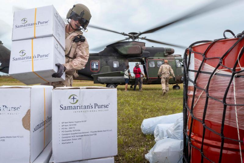 Brandstof en andere hulpgoederen worden door middel van een sling-load onder de Cougar naar afgelegen gebieden gevlogen waar de nood het hoogst is (Afbeelding: Defensie)