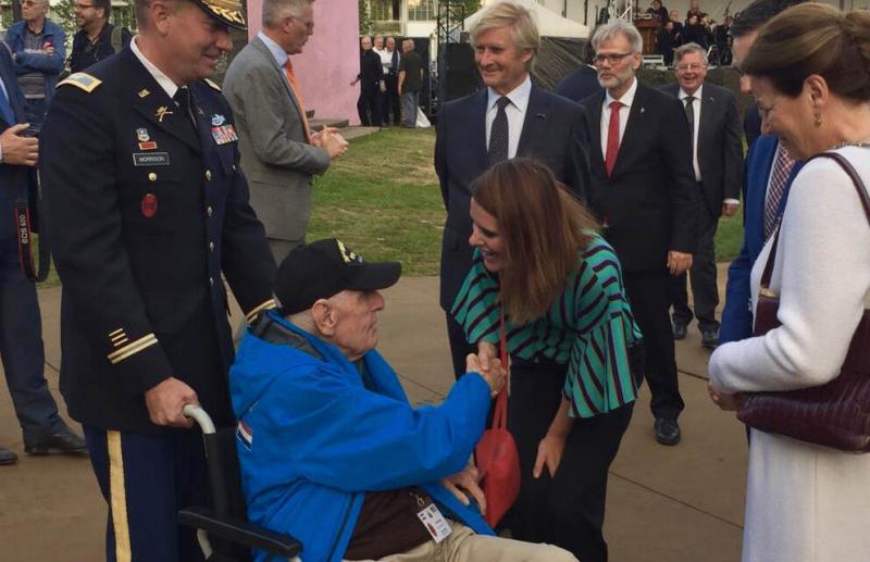 Barbara Visser met John O'Hare (94) van de Old Hickory divisie. Hij was één van de eerste bevrijders die de Nederlandse grens bij Mesch overstak (afbeelding: Defensie)