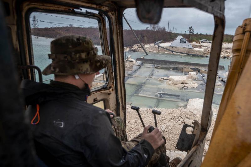 De genisten zijn ongeveer 5 dagen bezig met het aanleggen van de tijdelijke brug (Afbeelding: Defensie)