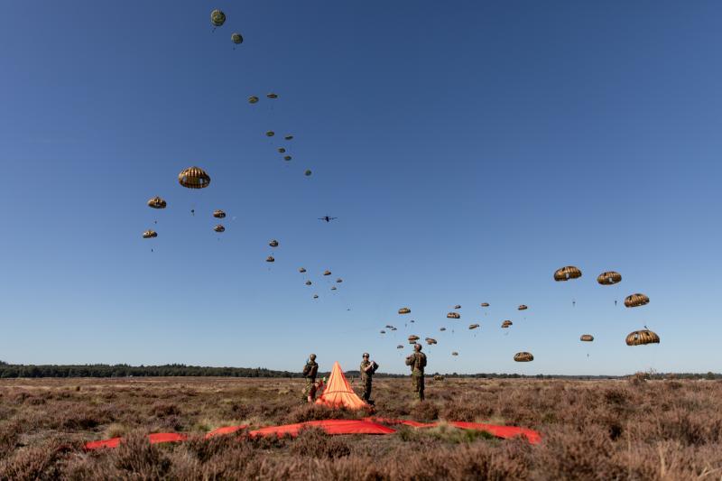 Luchtlandingen ter herdenking aan operatie Market Garden. (Foto: Defensie)