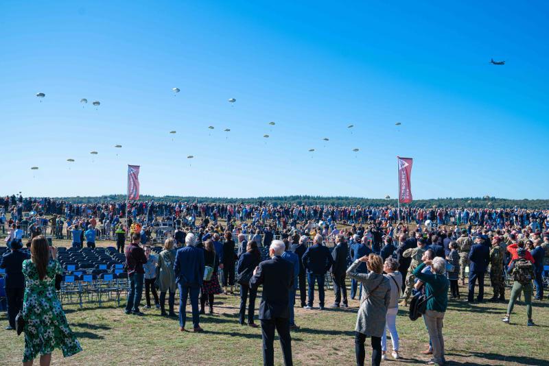 Duizenden veteranen, militairen en andere toeschouwers herdenken de grootschalige luchtlandingen van toen. (Foto: Defensie) (Foto: Defensie)