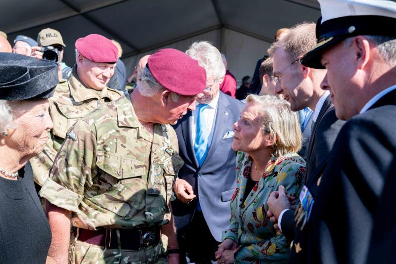 Prinses Beatrix, prins Charles, minister Blijleveld, secretaris-generaal van de NAVO Jens Stoltenberg en CDS Rob Bauer in gesprek. (Foto: Defensie) (Foto: Defensie)